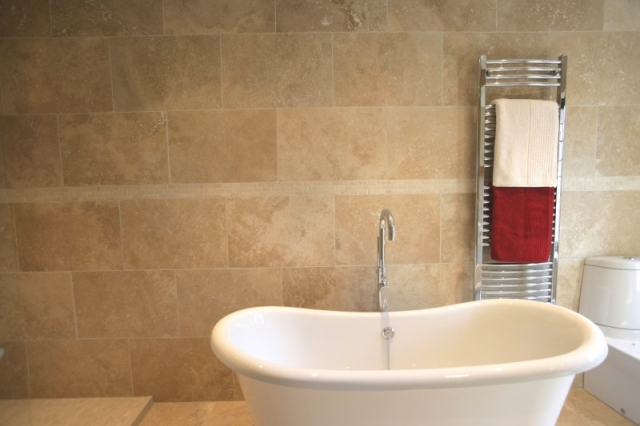 Victorian Style Tub & Travertine Tile 16×24.preview