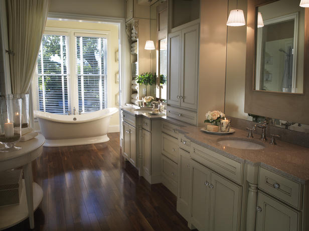 Wide Cousy Master Bathroom
